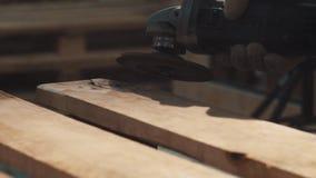Машина угловой машины сползая на деревянную планку в мастерской видеоматериал