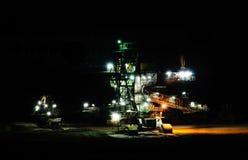 машина угля выкапывая как ноча стоковое изображение rf