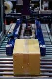 Машина упаковки коробки стоковые фото