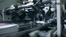 Машина фабрики режет края напечатанных книг сток-видео