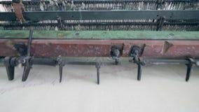 Машина фабрики шьет ткань от белых потоков Современная фабрика ткани акции видеоматериалы