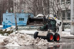 Машина чистки снега на улицах города Стоковое Изображение RF