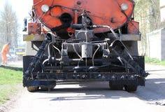 Машина для дороги асфальта с жидкостным черным битумом в танке Стоковые Изображения