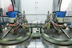 Машина для продукции двери и окно прикрепляют на петлях Стоковые Изображения