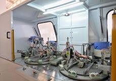Машина для продукции двери и окно прикрепляют на петлях Стоковые Фотографии RF