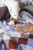 Машина Quilter выстегивая патриотическое лоскутное одеяло Стоковые Фото