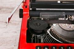 Машинка красна с бумагой в ей и на таблице Стоковые Фото