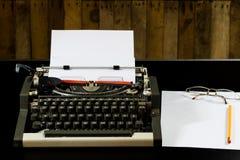 машинка на черной таблице Белая пустая карточка Стена грубого b Стоковые Фотографии RF