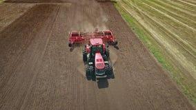 Машинное оборудование земледелия Аграрный трактор вспахивая поле сельского хозяйства сток-видео