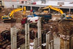 Машинное оборудование и бульдозер подкрановой балки на месте строительной конструкции Стоковые Фотографии RF