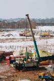 Машинное оборудование и бульдозер подкрановой балки на месте строительной конструкции Стоковая Фотография