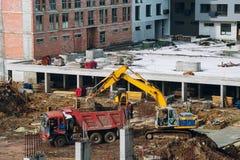 Машинное оборудование и бульдозер с землей и луч на contstr здания Стоковые Изображения