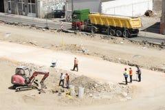 Машинное оборудование и работники на главном месте строительства дорог в портовом районе Белграда на банке Рекы Сава стоковая фотография