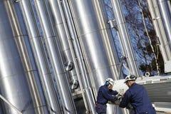 машинное оборудование прокладывает трубопровод работники стоковое изображение rf