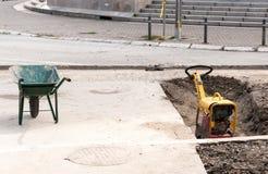 Машинное оборудование Compactor и вагонетка конструкции на месте реконструкции улицы Стоковые Фотографии RF