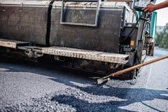 Машинное оборудование paver асфальта мужского работника работая Стоковое фото RF