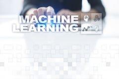 Машинное обучение Текст и значки на виртуальном экране Дело, интернет и концепция технологии стоковое фото rf