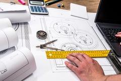 Машиностроение частей с инструментами, компьтер-книжка, стоковая фотография rf