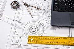 машиностроение частей с инструментами, компьтер-книжка стоковая фотография