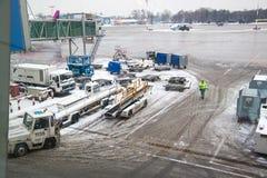 Машины аэродрома под плоским крылом на зиме стоковое фото rf