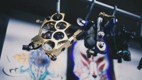 Машины татуировки висят на держателе акции видеоматериалы