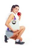 маштабы девушки яблока Стоковые Изображения