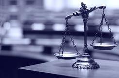 маштабы правосудия зала судебных заседаний декоративные Стоковое Изображение