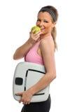 Маштаб и Apple удерживания молодой женщины Стоковые Изображения