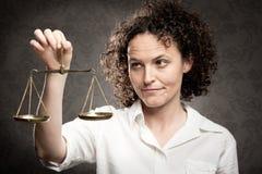 Маштаб правосудия удерживания Стоковая Фотография RF