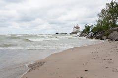Маяк Великих озер на бурный день стоковое изображение rf