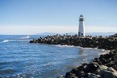 Маяк волнореза Santa Cruz, маяк на выходе гавани Santa Cruz, Калифорния Walton Стоковые Изображения