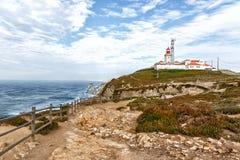 Маяк в Португалии, на запад большинств пункт накидки Roca Европы, Cabo da Roca, Португалии Стоковая Фотография