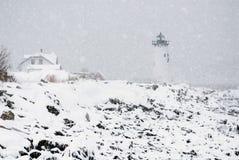 Маяк гавани Портсмута над скалистым побережьем в пурге стоковая фотография