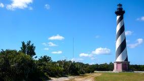Маяк Гаттерас накидки и окружающий ландшафт стоковая фотография rf