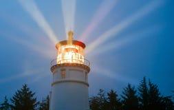 Маяк испускает лучи освещение в морское шторма дождя морское стоковые изображения rf