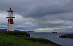 Маяк и корабль Torshavn на Фарерских островах Стоковое Фото