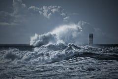 Маяк и пристань под тяжелым штормом Стоковое Изображение