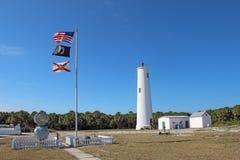 Маяк и флаги Egmont ключевые в Tampa Bay, Флориде стоковое фото rf