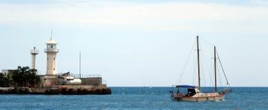 Маяк и яхта Стоковые Изображения RF