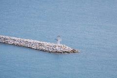 Маяк на крае белого моста сделанном от камня Стоковая Фотография RF