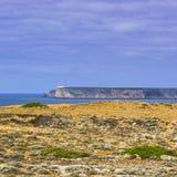 Маяк на португальском пляже Атлантического океана стоковое изображение