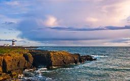 Маяк на скалах, головка крюка, Ирландия стоковые изображения rf