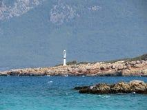 Маяк на скалистом острове в Средиземном море цветастый seascape Стоковая Фотография