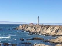 Маяк на скале океана Стоковое Фото