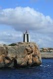 Маяк на утесе.  Мальорка. Испания стоковое изображение