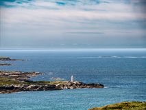 Маяк отметки белого времени дня дамы тайны морской на clifd Стоковая Фотография