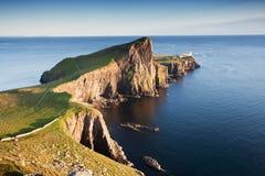 Маяк пункта Neist около Glendale на западном побережье острова Skye в гористых местностях Шотландии Большинств популярное назначе стоковое фото