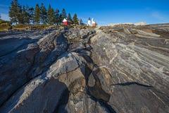 Маяк пункта Pemaquid над скалистыми прибрежными горными породами дальше Стоковые Изображения RF