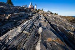 Маяк пункта Pemaquid над скалистыми прибрежными горными породами дальше Стоковая Фотография RF