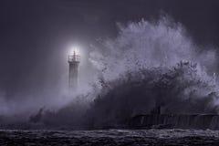 Маяк рта реки на ноче стоковая фотография